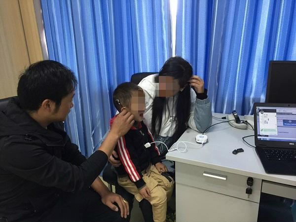 """上海专家完成""""邦锦梅朵""""项目首例人工耳蜗植入 藏族三岁聋儿复聪"""