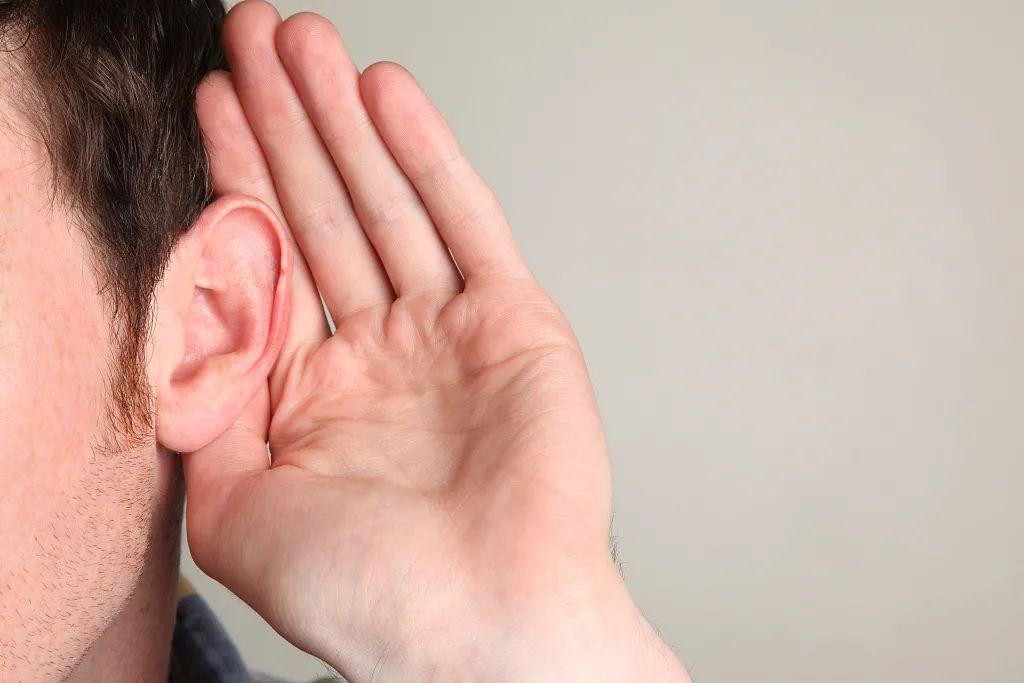 健康科普常熬夜加班,三十多岁也会耳聋!八成患者出现过这种征兆